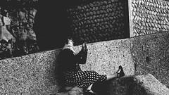 Trois photos de Jamila dans du minéral en noir et blanc I/III : le coucher de soleil à Yport... (stephane.desire) Tags: yport plage mer noiretblanc jamila contraste femme portrait gens personne minéral pierre falaise béton mur