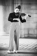 Elle joue du violon debout (laurent.dufour.paris) Tags: 135mm 2018 24x36 3x2 bw candid canon chignon darkisbetter eos5dmarkiii eté europe everybodystreet femmes france louvre lovesnoir matin monochrome morning musique noiretblanc noirshots paris portrait rayures regardsparisiens streetphotography summer violon