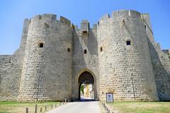 France, à Aigues Mortes la Porte de la Reine du côté Est (Roger-11-Narbonne) Tags: aiguesmortes ville médièvale tour remparts rue porte