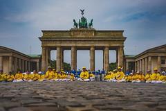 Falun Dafa-Parade 2018 (DOKTOR WAUMIAU) Tags: ishootraw berlin fujifilm fujigear fujilove fujixt20 lightroom xf1855 brandenburgertor mitte falungong protest china humanrights