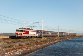 La CC 6570 s'engage dans les étangs de Bages avec un train spécial pour Perpignan