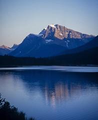 Mount Patterson (Mono Andes) Tags: canada banffnationalpark patrimoniodelahumanidad worldheritage waterfowllake reflejo alberta atardecer