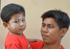 father and talcum powdered son (the foreign photographer - ฝรั่งถ่) Tags: father son talcum powder khlong thanon portraits bangkhen bangkok thailand nikon d3200