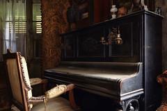 Il jouait du piano... assis ! (StephLandAir) Tags: piano salon urbex urbexextreme urbexfrance urbexexploration urbexexplorer abandonedplaces abandonned abandoned abandon abandonne abandonné lost zeisslens zeiss carlzeiss carlzeisslenses exploration explorer tableau tableaux lamaisonduresistant house maison bois pièce