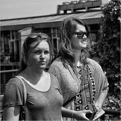 Tourists (John Riper) Tags: johnriper street photography straatfotografie rotterdam square bw black white zwartwit mono monochrome netherlands candid john riper canon 6d 24105 l groot handelsgebouw groothandelsgebouw trap detrap rotterdamviertdestad wederopbouw reconstruction cultural event women ladies k bag girls friends eye contact