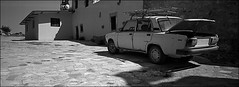 Kapelle-Karl´s Bruder lüftet (fluffisch) Tags: fluffisch crete kreta matala kamares greece hasselblad xpan panorama 45mmf40 rangefinder messsucher analog film kodak trix400