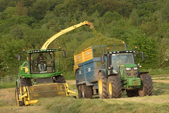 John Deere 8600 SPFH filling a Kane Halfpipe Trailer drawn by a John Deere 6155R Tractor (Shane Casey CK25) Tags: john deere 8600 spfh filling kane halfpipe trailer drawn 6155r tractor jd green self propelled forage harvester traktor traktori trekker tracteur trator ciągnik silage silage18 silage2018 grass grass18 grass2018 winter feed fodder county cork ireland irish farm farmer farming agri agriculture contractor field ground soil earth cows cattle work working horse power horsepower hp pull pulling cut cutting crop lifting machine machinery nikon d7200