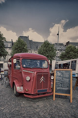 Citroën Espresso (enneafive) Tags: maastricht citroën fujifilm xt2 marketplace sky clouds van car coffee espresso cobblestones bar hvan wideangle vintage mobile red colourplay blackboard