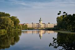 Berlin, Schloß Charlottenburg (micharl_foto) Tags: berlin schloscharlottenburg schlospark teich abendstimmung