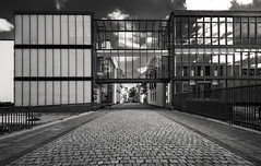Duisburg Ruhrort (Der Hamlet) Tags: duisburg ruhrort altstadt schwarzweiss blackandwhite architektur glasfassade