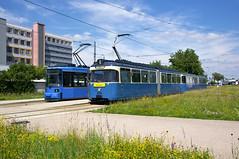 R2-Wagen 2124 und P-Zug 2006/3039 in Schwabing Nord (Frederik Buchleitner) Tags: 2006 2124 3039 fahrschule fahrschulfahrt linie23 liniee munich münchen pwagen r2wagen redesign strasenbahn streetcar tram trambahn