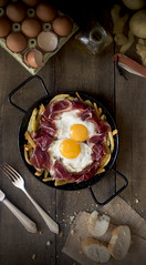 HUEVOS ROTOS PALETILLA CENITAL (carmenmedinalopez) Tags: huevos huevosrotos paletilla patatas madrid food foodstyling foodphotography