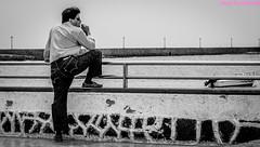 Mirando el mar. Arrecife, Lanzarote, mayo 2007. (Jazz Sandoval) Tags: 2007 arrecife blanco blancoynegro bw bn black blackandwhite contraste canarias curiosidad calle curiosity city ciudad contrast contraluz digital day dìa elfumador españa exterior enlacalle expresión expression fotografíadecalle fotodecalle fotografíacallejera fotosdecalle gente human humanfamily hombre humano white islascanarias jazzsandoval luz lanzarote light litoral monocromática monócromo mirada mar man marina negro nero noiretblanc uno people personaje perrsonas quieto retrato robado streetphotography streetphoto solo único