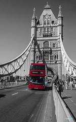 Londra.... London Bridge (capellini.chiara) Tags: londonbridge streetphotography blackandwhitephotography red coloreselettivo blackandwhite uk london londra