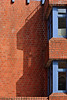 Backsteinfassade (01) (Rüdiger Stehn) Tags: 2000er 2000s europa mitteleuropa deutschland germany norddeutschland schleswigholstein canoneos550d kielblücherplatz 2018 rüdigerstehn architektur backsteinarchitektur neubau bauwerk profanbau schatten fassade kiel stadt