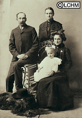 GN5206 (Lane County History Museum) Tags: lanecountyhistoricalmuseum lanecountyhistorymuseum vintage historicalphoto digitalcollection portraits settlers pioneers oregontrail family studioportrait groupportrait