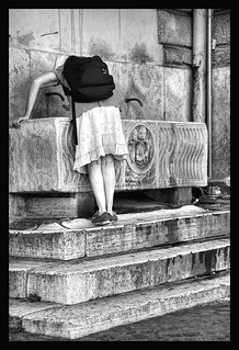 Fontana di Piazza del Popolo - Sarcofago romano del III secolo A.C. - Roma E' stata collocata nell'800 dal Valadier in sostituzione di un abbeveratoio e di un lavatoio. Rione Campo Marzio