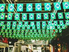 pátria de chuteiras (lucia yunes) Tags: cenaderua fotografiaderua fotoderua mobilephoto mobilephotographie brasil copadomundo riodejaneiro cobalhumaitá bandeira streetscene streetphotography streetphoto streetshot streetlife motozplay luciayunes