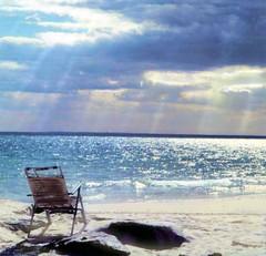 Las lágrimas que no se lloran  esperan en pequeños lagos? -Neruda (Lewitus) Tags: hasselblad500c scannedslide nature lake river