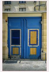 Portail work in progress (afantelin) Tags: iledefrance paris porte bleu peinture couleurs pavé