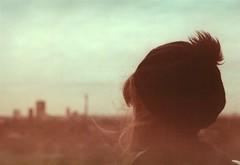 Primrose Hill (Lore Stars) Tags: film analógica 35mm expired girl retrato portrait back pentaxmv autochinon50mmf17 vintage london londres lorestars hat hair dof desenfoque ciudad city ferraniasolaris rollfilmweek day2