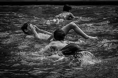 Au bord des flots mouvants (Solène.CB) Tags: unjourjevisdeboutauborddesflotsmouvants victorhugo eau water flots enfants children jeux solènecb london londres été summer heat chaleur canon70d