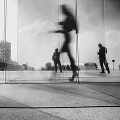Trio (krystinemoessner) Tags: bw bn blackwhite monochrome sw street streetphoto streetpassionaward scène silhouette flou paris moessner krystine taek
