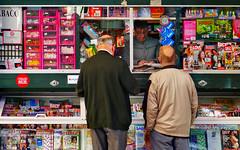 Spain: Málaga quiosco de prensa (Henk Binnendijk) Tags: quiosco kiosko kiosk quioscodeprensa people men malaga málaga andalucia andalusia andalucía españa spanje spain prensa kranten lectuur paper