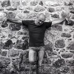 Pierre-Yves Lebert au Hasselblad 501c (10 juillet 2018) (Frédéric Petit) Tags: breton bretagne breizh bzh shooting portrait blackandwhite analogfilm analogphotography argentique photographieargentique mediumformat 120mm hasselblad hasselblad501c ilford perceptol hp5 pierreyveslebert auteur parolier sonnar150mm zeiss zeisslens outdoor homme man