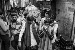 Street shot, Varanasi India (mafate69) Tags: asia asie asiedusud subcontinent souscontinent india inde up uttarpradesh varanasi benaras benares kashi ville city candid rue reportage documentaire documentary street streetshot streetlevelphoto men hommes procession religion hindouisme hindu hinduist hindou hindouiste hinduism bw blackandwhyte nb noiretblanc mafate69 photojournalisme photoreportage photojournalism