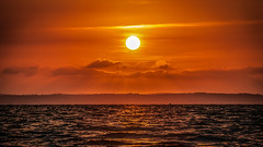 Au pays du soleil couchant... (GComS) Tags: soleil sun sunset crépuscule twilight sea water lake lac orange sanguin nuage cloud