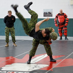Alley-oop (Bert CR) Tags: demonstration military soldiers closecombat combat 4thcanadiandivision training canada bodyarmor alleyoop