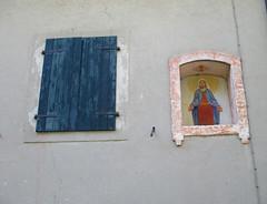 Finestre... (Eli.b.) Tags: finestra fenetre blu colore nicchia madonna pittura facciata casa window