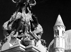 Urban dragons (Robyn Hooz) Tags: padova padovainfoto ilvivipadova santo santantonio basilica biancoenero bandw chiesa