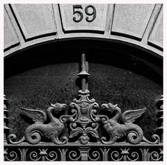 "... ""Hic sunt dracones"" ... (Lanpernas .) Tags: dracones dragones modernismo portal donostia burguesía sansebastián urbanite 2018 detalle"
