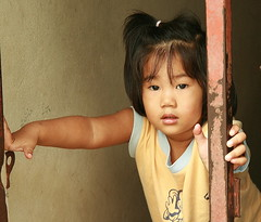 girl holding onto post (the foreign photographer - ฝรั่งถ่) Tags: girl child post khlong thanon portraits bangkhen bangkok thailand canon kiss