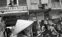 flower vendor (elffyb) Tags: elffyb voigtlander bessa bessar3a nokton nokton40 nokton40mm kodak kodakportra400 portra400 film analog streetphotography sailorstrap vietnam hanoi oldquarter