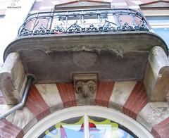 Balkon aan de grachtenpand Oudegracht in Utrecht (bcbvisser13) Tags: balkon art beeldhouwwerk window raam kleur architectuur grachtenpand balcony balcon maisonducanal kanalhaus canalhouse oudegracht utrecht nederland eu