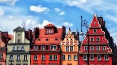 gevels (roberke) Tags: huizen houses kleurrijk colorfull sky lucht clouds wolken windows ramen vensters city stad oud old polen wroclaw