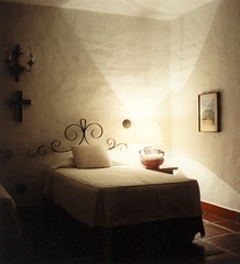 Camita del olvido (toltequita) Tags: lighting light shadow white blanco lamp wall mediumformat mexico bed arquitectura floor decoration hasselblad lampara cama interiores cuernavaca morelos piso decoracion medioformato toltequita juanrojo