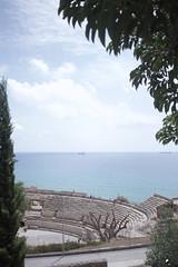 Mar antiguo. (elojeador) Tags: mediterráneo tarragona grada asiento valla farola anfiteatro anfiteatroromano tarraconense persona agua horizonte barco buque sinvallesalvaje elojeador