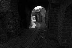 Burg Altena (MLopht | Dortmund) Tags: burg altena mauer schloss ruine gebäude sony alpha 6300 schwarzweis einfarbig eingang torbogen tor