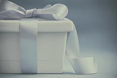 Present (Graella) Tags: azul blue blau box caja lazo llaç ribbon closeup macro color stilllife bodegon minimalism minimalismo