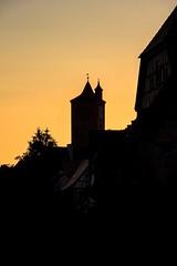 Das historische Burgtor zur blauen Stunde (S. Ruehlow) Tags: franken rothenburgobdertauber rothenburg bayern burgtor tor burg blauestunde sonnenuntergang