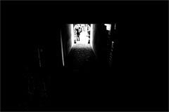 000559 (la_imagen) Tags: sw bw blackandwhite siyahbeyaz monochrome street streetandsituation sokak streetlife streetphotography strasenfotografieistkeinverbrechen menschen people insan silhouette silhuette siluet lindau lindauimbodensee limonsokağı limonalley zitronengässle