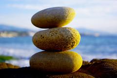 El equilibrio, existe, ¿Cual es tu equilibrio? (salonpetinsl2005) Tags: mar piedras rocas zen equilibrio meditacion estables