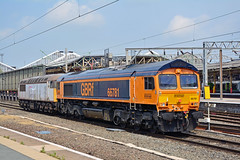 66781 56069 0M70 Crewe (British Rail 1980s and 1990s) Tags: train rail railway loco locomotive lmr londonmidlandregion mainline wcml westcoastmainline cheshire livery crewe liveried traction station diesel gbrf gbrailfreight europorte br britishrail type5 fertis 56 class56 0m70 56069 66 class66 66781