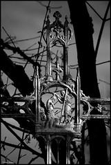 Saint Georges de la Couée (Sarthe) (gondardphilippe) Tags: saintgeorgesdelacouée sarthe maine paysdelaloire croix cross noiretblanc noir nb blanc blackandwhite bw black white arbres ciel campagne extérieur outdoor sky monochrome nature ombre paysage patrimoine quiet rural ruralité texture zen
