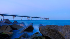 Just before the nightfall (Fnikos) Tags: sea water mar mare wave rock bridge pont puente construction sky skyline nightfall outdoor