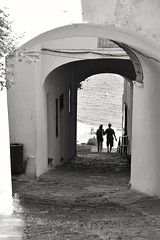 Bajada a la playa / Down to the beach / Jusqu'à la plage (Joan Fernàndez) Tags: bw village poble plage platge riba nikond3400 people gente blancoynegro pueblo cadaqués girona catalunya